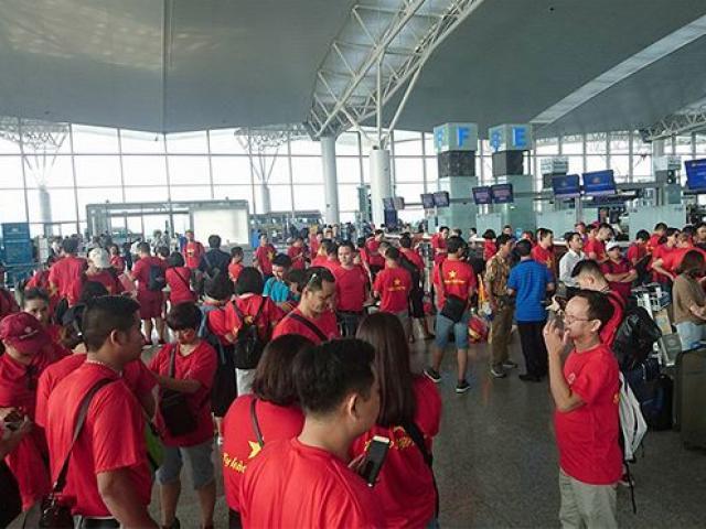 """Cổ động viên Việt Nam """"nhuộm"""" đỏ sân bay đi xem Tứ kết ASIAD"""
