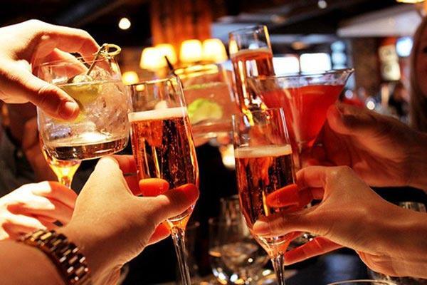 """Sớm tập tành rượu bia, nguy cơ """"ung thư đàn ông"""" tăng cao - 1"""