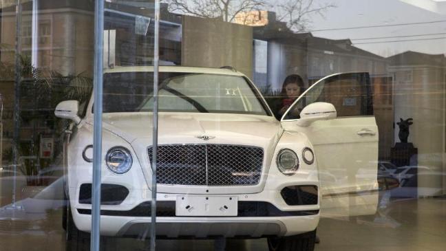 Không đủ tiền mua xe sang cho bạn gái, thanh niên đã làm điều điên rồ - 1