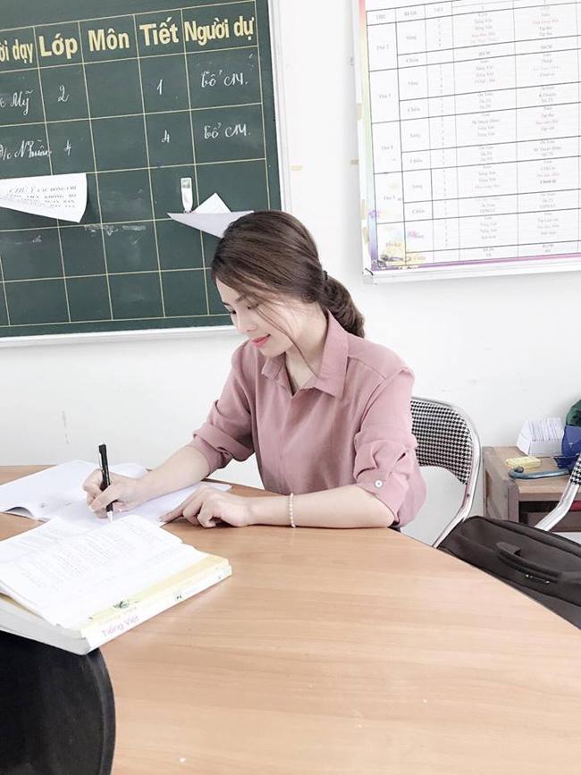 Cô giáo trẻ vốn không có thiện cảm với cậu học trò này bởi cậu thường xuyên quên sách vở, đồ dùng học tập và lại rất lì lợm.