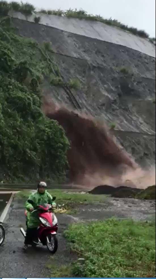 Rùng mình nhìn dòng nước cuồn cuộn như thác đổ xuống Quốc lộ 6 - 1