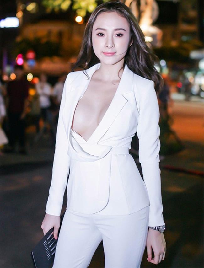 """Angela Phương Trinh từng gây sốc khi diện bộ vest trắng xẻ sâu, khoe trọn bầu ngực trắng nõn khi xuất hiện tại buổi họp báo phim """"Quyên"""" năm 2015 tại Tp. Hồ Chí Minh."""