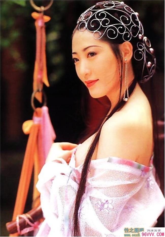 """Dương Tư Mẫn (Asami Kanno) được coi là Phan Kim Liên sexy nhất trên màn ảnh. Cô gây ấn tượng khi đảm nhận vai diễn """"dâm phụ"""" họ Phan trong """"Kim Bình Mai"""" 1996. Vai diễn của người đẹp Nhật Bản khiến nhiều người thương cảm hơn là chỉ trích khi nội dung kịch bản phim được xây dựng hấp dẫn, mang nhiều ý nghĩa dù hình ảnh táo bạo. Thậm chí, trong phim có những cảnh quay, Dương Tư Mẫn khỏa thân hoàn toàn."""