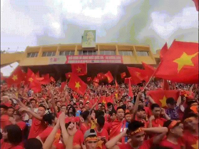 U23 Việt Nam gỡ hòa, cổ động viên vỡ òa sung sướng