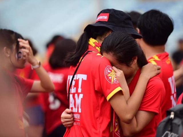 Thần may mắn không gõ cửa U23 Việt Nam, CĐV ôm nhau khóc trong tiếc nuối