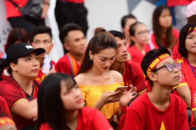 Bạn gái 'tin đồn' của Văn Đức U23 VN đỏ hoe mắt trên sân Hàng Đẫy - 1