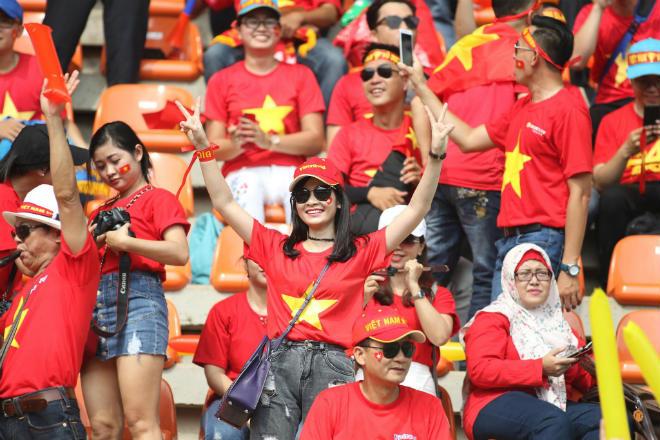 """Fan Việt Nam """"nhuộm đỏ"""" sân Pakansari: Người đẹp Việt tươi tắn rạo rực khán đài - 1"""