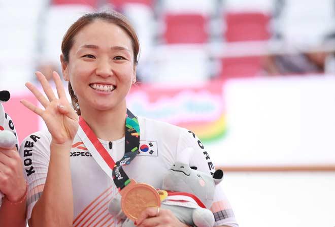 Siêu nhân ở ASIAD vàng đeo trĩu cổ: Nữ hoàng xe đạp vô đối châu Á - 1