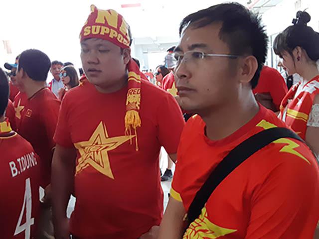 Fan Việt cảm ơn bầu Đức khi đến sân cổ vũ U23 Việt Nam đấu U23 UAE