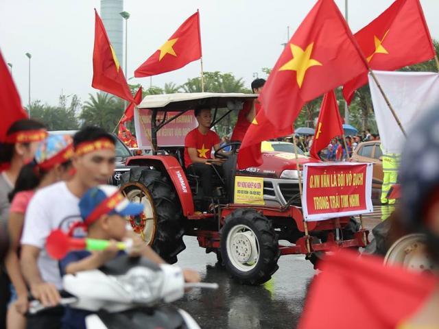 Biển cờ đỏ sao vàng chờ đón chiến binh U23 Việt Nam ở sân bay Nội Bài
