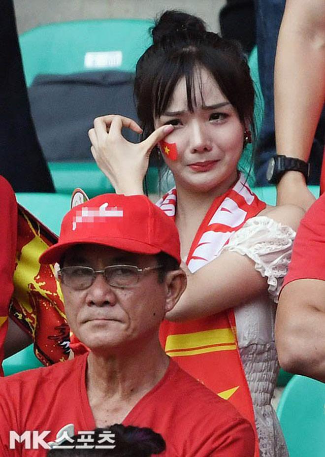 Nữ cổ động viên đẹp như thiên thần được săn lùng sau trận Việt Nam thua UAE - 1