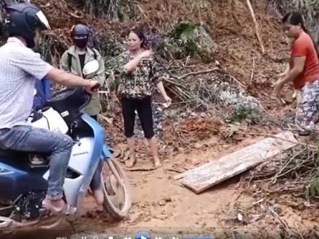 """Sự thật clip tố công an xã """"bảo kê"""" thu tiền xe máy qua đường sạt lở ở Yên Bái"""