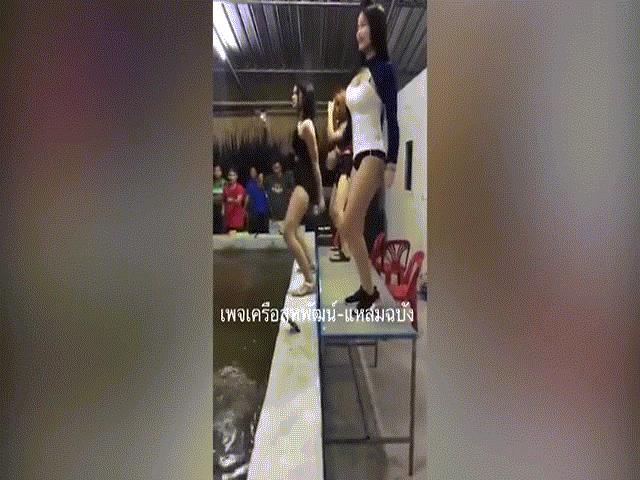 """Thuê vũ nữ nhảy khêu gợi, nhà hàng Thái Lan bị """"sờ gáy"""""""