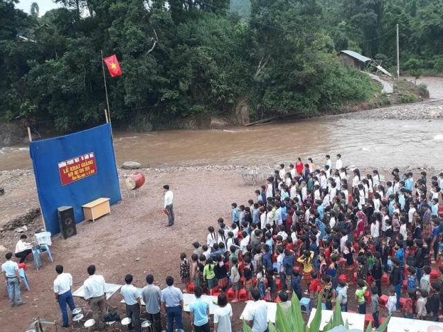 Xót lòng trước lễ khai giảng bên bờ suối của hàng trăm học sinh