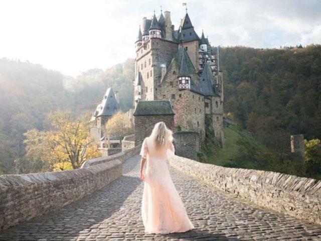 Khám phá lâu đài đồ sộ trăm năm tuổi được xây dựng bằng... bìa