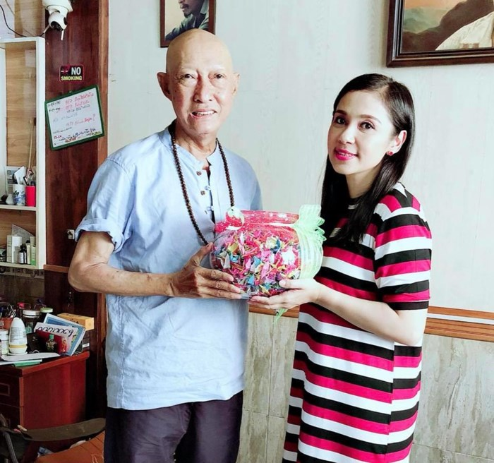 Được ủng hộ hàng trăm triệu, nghệ sỹ Lê Bình vẫn ăn uống đạm bạc khiến fan xót xa - 1