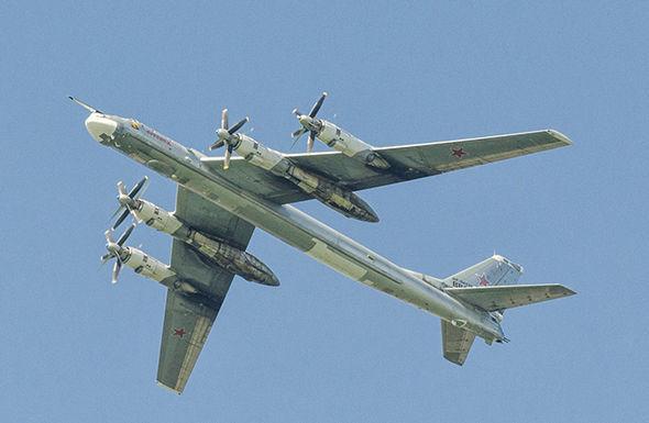 """Nga nổi cơn thịnh nộ khi """"Gấu bay"""" bị F-22 Mỹ đánh chặn - 1"""