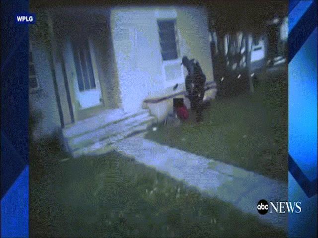 Video cảnh sát Mỹ đá 2 lần vào đầu thiếu nữ gây sốc
