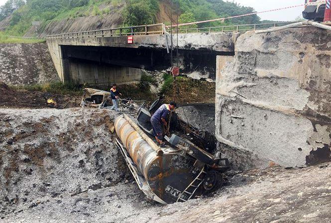 Gia cố cầu hư hỏng sau vụ cháy xe bồn trên cao tốc Nội Bài - Lào Cai - 1