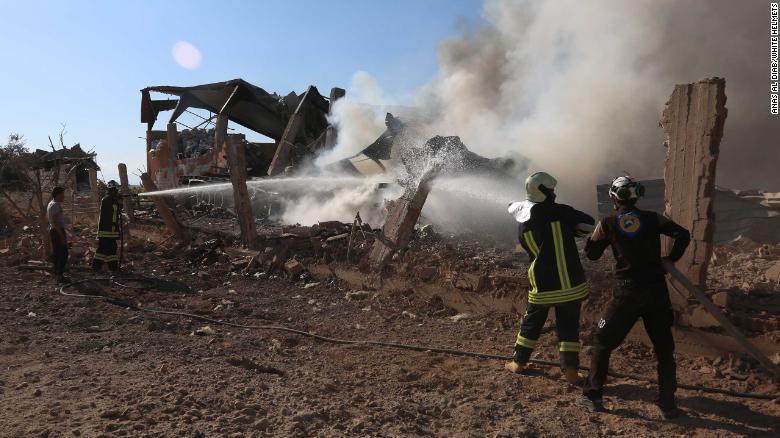 Khoảnh khắc bom rơi gần người ở thành trì cuối cùng của phiến quân Syria - 1