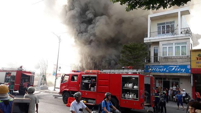 Cháy lớn quán bar ở trung tâm Đà Nẵng, khói đen bốc kín trời - 1