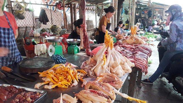 Rau xanh, thịt lợn tiếp tục tăng giá - 1