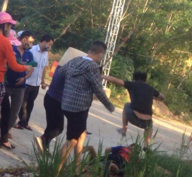 Xác minh clip nhóm thanh niên bịt mặt hành hung người dân chặn xe chở rác - 1