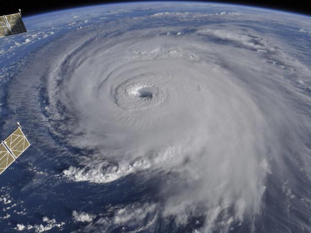 """Dân Mỹ """"cuống cuồng"""" khi siêu bão mạnh khủng khiếp tiến sát"""