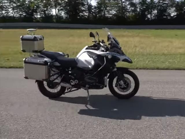 """Video: Xe máy của BMW tự lái như có """"phép thuật"""""""