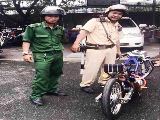 """Chạy xe """"quái thú"""" gầm rú trên phố Sài Gòn, thanh niên gặp ngay cảnh sát"""