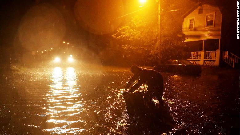 """Cận cảnh đường phố Mỹ """"ngập như sông""""vì siêu bão Florence - 1"""