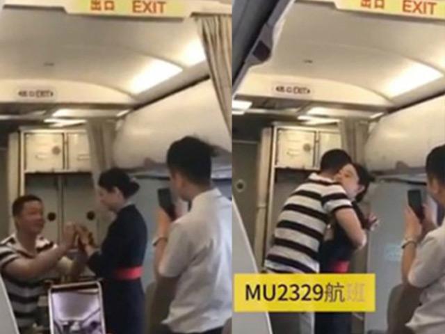 Nữ tiếp viên sốc khi vừa nhận lời cầu hôn trên máy bay đã bị sa thải