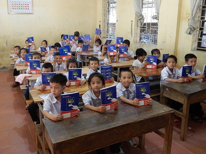 EVN HANOI trao tặng 50 nghìn vở mới cho học sinh khó khăn trên địa bàn Thủ đô - 1