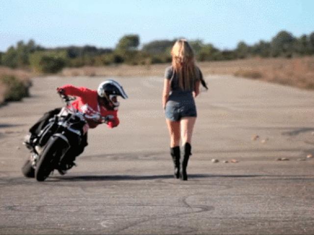 """Video: Tay lái môtô ngã """"chổng vó"""" vì mải ngắm chân dài"""