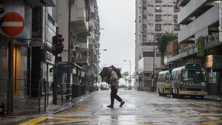 Siêu bão Mangkhut áp sát, toàn bộ Hồng Kông tê liệt - 1
