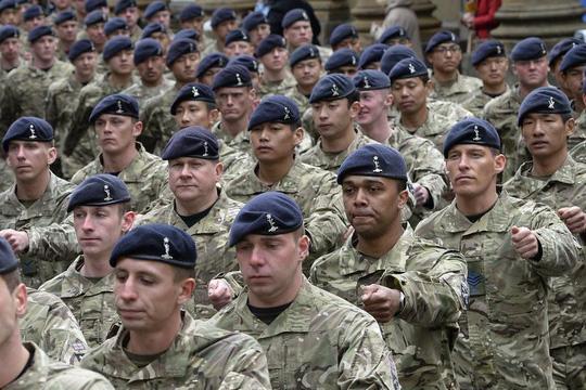 Bộ Quốc phòng Anh bị lộ hóa đơn sốc chi cho binh sỹ sửa ngực - 1