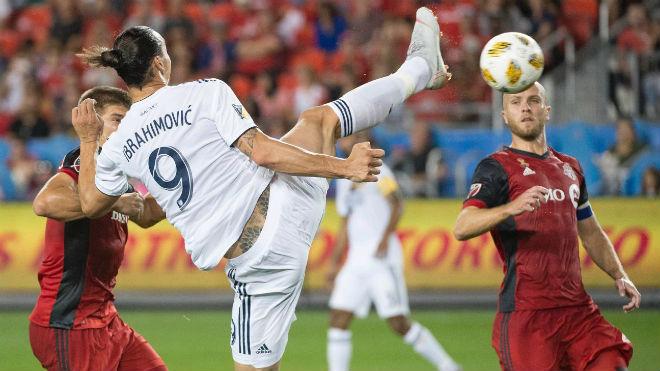 Ibra tái hiện siêu phẩm karate: Mốc 500 bàn vĩ đại, sánh vai Messi - Ronaldo - 1