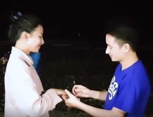 Phan Mạnh Quỳnh ôm đàn hát bài này cầu hôn bạn gái hot girl bên bờ biển - 1