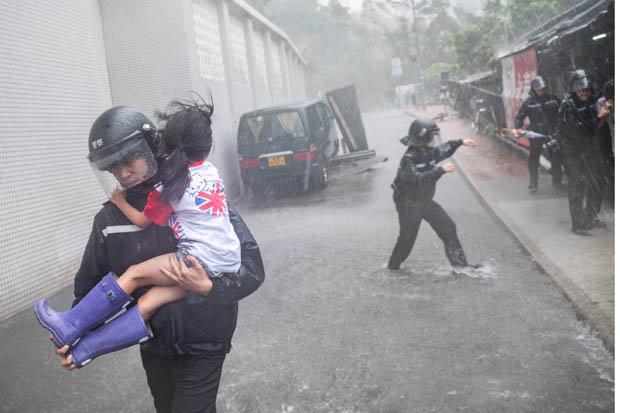 Video: Hai cha con bị siêu bão Mangkhut quật ngã, thổi bay ở Hong Kong - 1