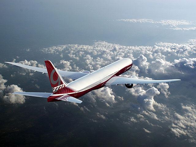 Siêu máy bay phản lực của Boeing có sải cánh lớn đến mức phải gập lại - 1