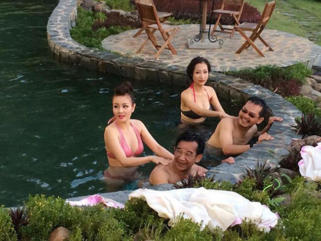 """Hai mỹ nhân tắm cho """"đại gia"""" Trung Hiếu và Quang Tèo trong phim hài """"Đại gia chân đất"""" để lại nhiều chú ý với khán giả tuy số lượng cảnh xuất hiện không nhiều."""