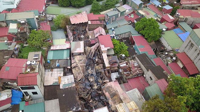 Flycam: Toàn cảnh 10 căn nhà bị thiêu rụi trên đường Đê La Thành - 1