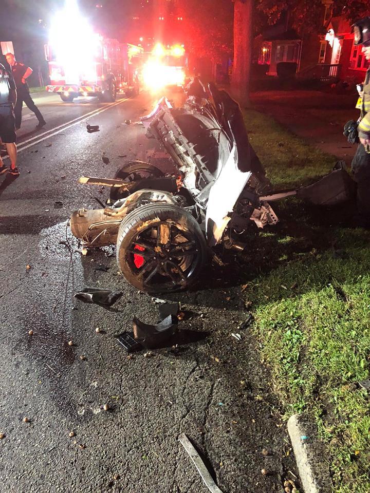 Sinh viên TQ gây tai nạn kinh hoàng, siêu xe gãy làm đôi ở Mỹ - 1