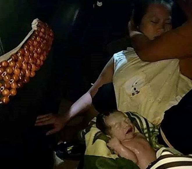 """Tài xế làm """"bà đỡ"""" giúp sản phụ sinh bé trai bụ bẫm trên taxi - 1"""