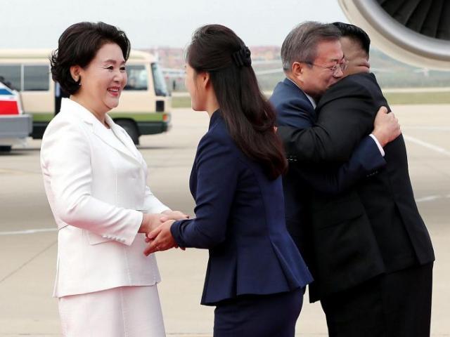 Vợ ông Kim Jong-un làm điều chưa có tiền lệ khi đón Tổng thống HQ