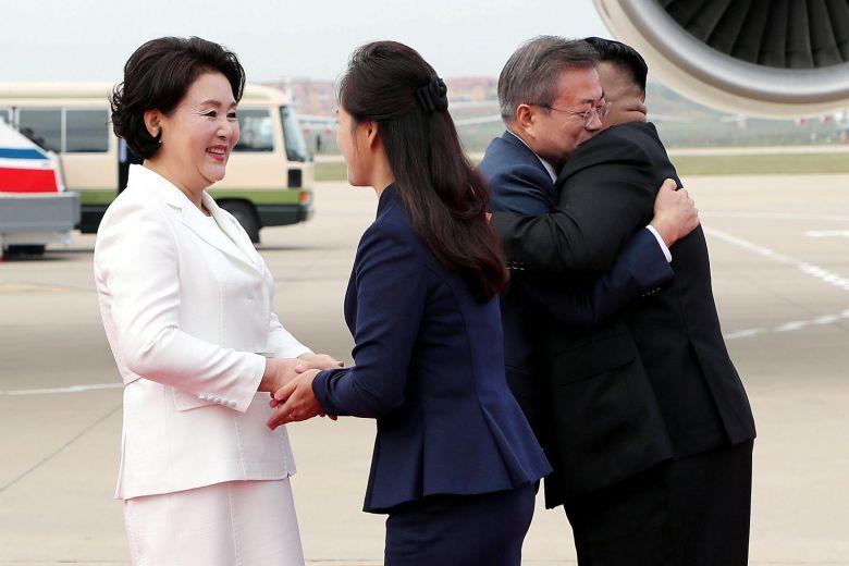 Vợ ông Kim Jong-un làm điều chưa có tiền lệ khi đón Tổng thống HQ - 1