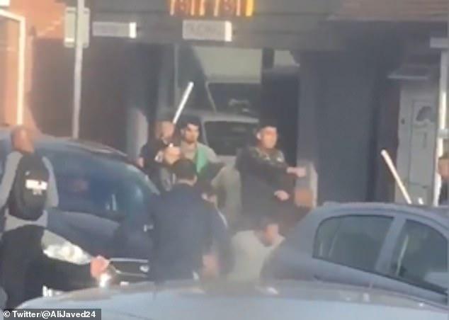 Video hàng chục đàn ông hỗn chiến tập thể đẫm máu giữa phố Anh - 1