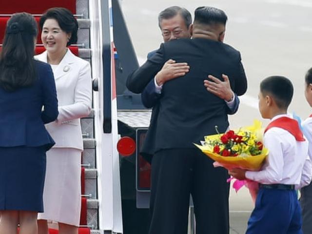 Phản ứng bất ngờ của dân HQ khi thấy Kim Jong-un ôm Moon Jae-in