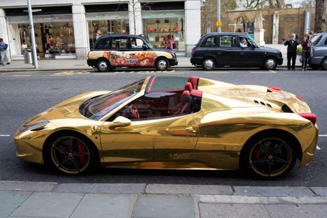 Một chiếc xe Ferrari mạ vàng ở Chelsea, Anh.