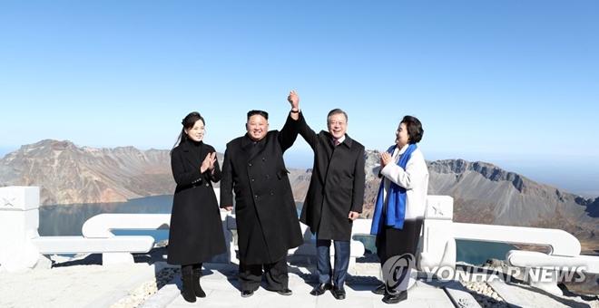 Lãnh đạo Hàn-Triều tay trong tay chinh phục núi thiêng Triều Tiên - 1